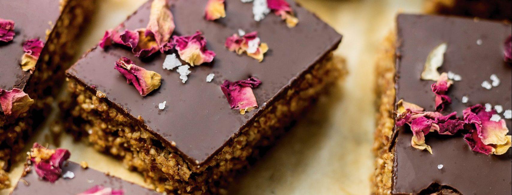 Storybild  amarantschnitten-mit-schokolade-fleur-de-sel-und-rosenblueten 02