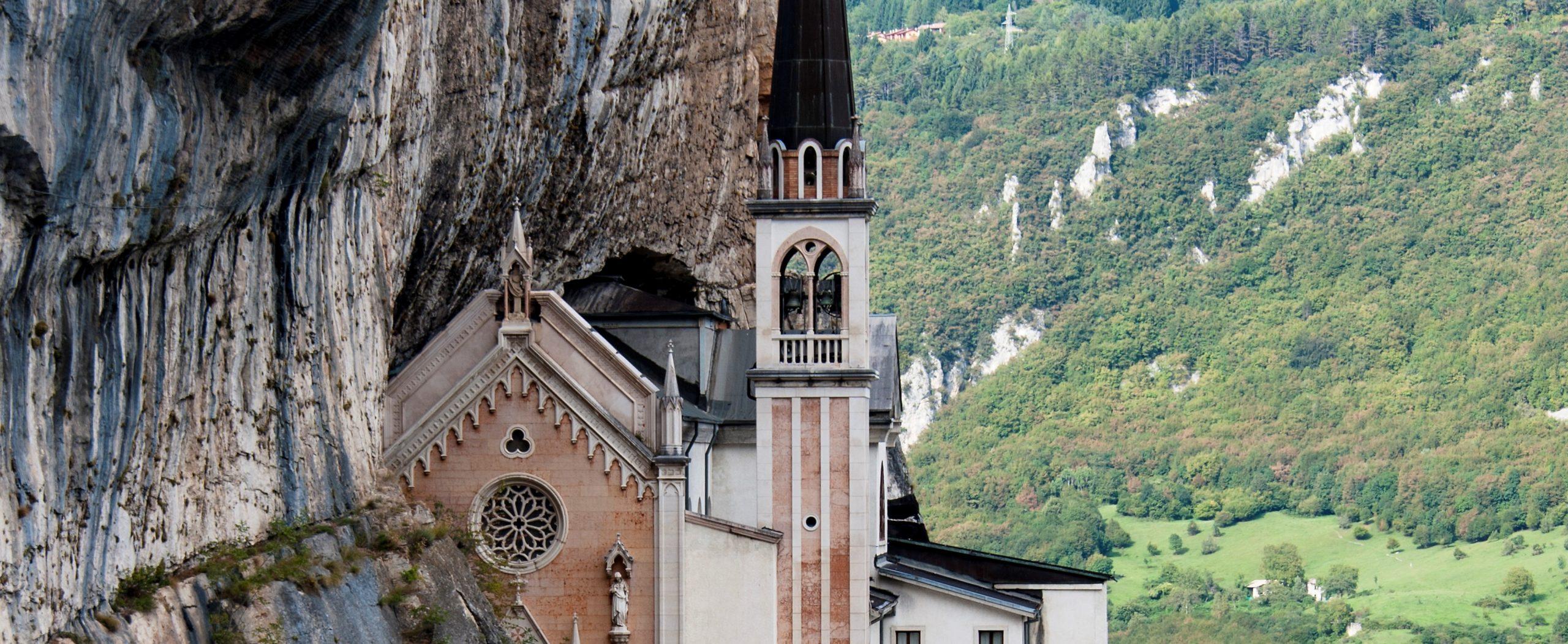 Storybild  die-haengende-bergkirche-in-spiazzi-italien 01