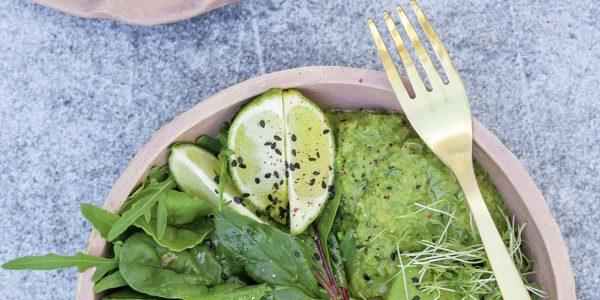 Storybild  unser-rezept-der-woche-gruene-protein-bowl-mit-erbsen-hummus 02