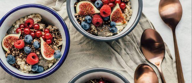 Storybild  wochenendfruehstueck-bananenporridge-mit-chia-chai-pudding-und-schokoladengranola 02