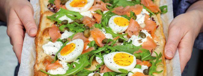 Storybild  raeucherlachs-pizza-mit-gekochten-eiern 01