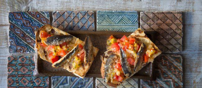 Storybild  sardinen-auf-rosinenbrot-mit-tomaten-passionsfrucht-chutney 01